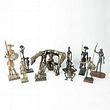 Lote de figuras decorativas. Siglo XX. Elaborados en metal, papel maché y madera. Diferentes diseños y tamaños.