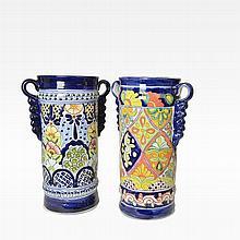 Par de paragüeros. México. Siglo XX. Elaborados en cerámica, tipo Talavera. Decorados con motivos orgánicos y geométricos policromados