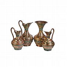Lote jarras y florero. Siglo XX. Elaborados en cobre esmaltado. Decorados con motivos florales, orgánicos y vegetales policromados.