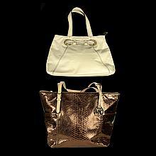Lote de bolsos para dama. Siglo XX. Una marcada Anne Klein. Elaboradas en piel.