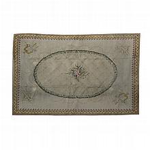 Alfombra china. Siglo XX. Elaborada en lana y algodón. Decorada con motivos florales, instrumentales y guirnaldas sobre fondo beige.