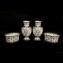 Lote de artículos decorativos. Origen chino. Siglo XX. Elaborados en porcelana policromada. Decorados con motivos florales