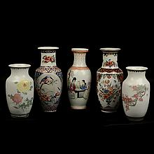 Lote de floreros. Origen chino y japonés. Siglo XX. Elaborados en porcelana policromada. Diferentes diseños y tamaños.