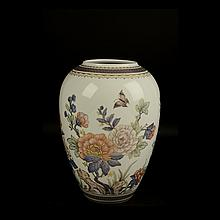 Jarrón. Origen alemán. Siglo XX. Elaborado en porcelana Kaiser. Diseño tipo oriental. Decorado con motivos florales.