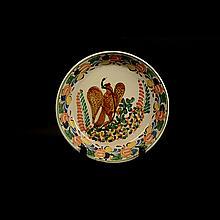 Platón. Origen mexicano. Diseño de Gorky González. Elaborado en cerámica policromada. Decorado con escudo nacional y motivos florales.