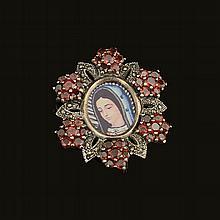Pendiente. México. Mitad del siglo XX. Elaborado en plata 0.925. Con granates y acerinas. Diseño floral con efigie guadalupana.