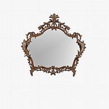 Espejo. Siglo XX. Con marco de madera tallada. Con luna con espejo irregular. Decorado con motivos vegetales.