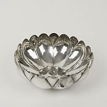 Centro de mesa. México. Siglo XX. Elaborado en plata sterling 0.925. Marcada Sanborns. Diseño floral. Peso aproximado: 484 g.