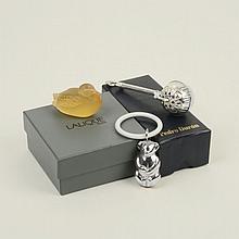 Lote mixto. Siglo XX. Consta de: 2 sonajas de plata, marcadas Durán, diferentes diseños y pato de cristal de Lalique.
