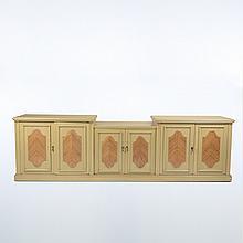Cómoda. Siglo XX. Elaborada en madera enchapada. Con 6 puertas y tiradores metálicos.