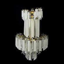 Candil. Siglo XX. Estructura de metal. Para 13 luces. Decorado con prismas de acrílico.