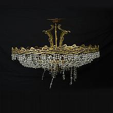 Candil. Siglo XX. Elaborado en metal dorado. Diseño circular. Para 18 luces. Decorado con hilos facetados.