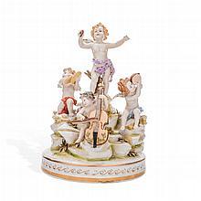 Amorcillos músicos. Alemania. Primera mitad del siglo XX. Elaborados en porcelana Volkstedt. Detallados al oro. Decoración policromada.