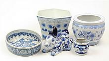 A COLLECTION OF FIVE PIECES OF BLUE AND WHITE PORCELAIN ARTICLES