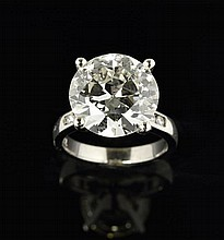 AN 8.14 CARAT ROUND BRILLIANT CUT DIAMOND RING SET IN PLATINUM