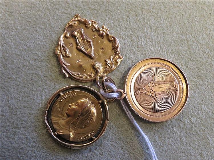Trois médailles en or. 3,9 g.