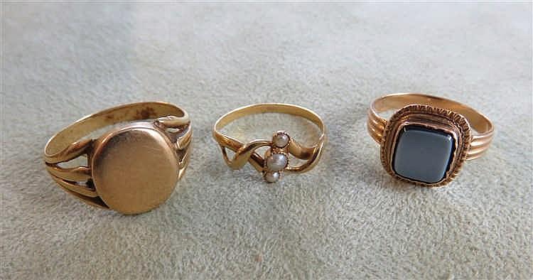 Lot de trois bagues : une bague en or datée 1876 e