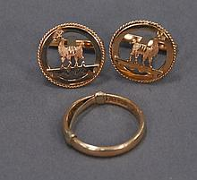 18K gold lot to include pair of llama cufflinks and wedding band, 14.3 grams.