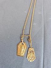 Deux médailles religieuses en or et chaîne à doubles mailles