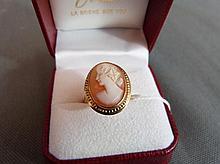 Bague en or sertie d'un camée représentant un profil de femm
