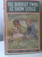 THE BOBBSEY TWINS AT SNOW LODGE  - Laura Lee Hope - 1913 - HC/DJ