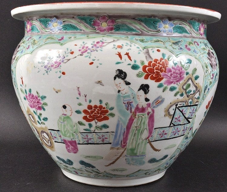 A CHINESE PORCELAIN ENAMELLED CIRCULAR PLANTER