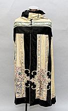 AN EARLY 20TH CENTURY CHINESE EMBROIDERED SILK CAPE