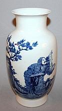 A GOOD QUALITY CHINESE BLUE & WHITE PORCELAIN VASE