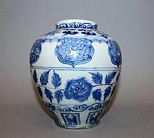 A CHINESE MING STYLE BLUE & WHITE PORCELAIN VASE