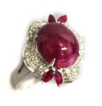 AN UNUSUAL 18CT WHITE GOLD CABOCHON RUBY AND DIAMO