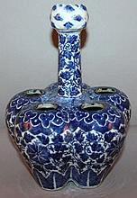 A 19TH CENTURY CHINESE BLUE & WHITE PORCELAIN TULI