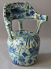 AN UNUSUAL CHINESE BLUE AND WHITE PORCELAIN SEAT painted wit