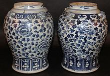 A PAIR OF 19TH CENTURY CHINESE BLUE & WHITE PORCELAIN JARS