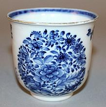 AN 18TH CENTURY CHINESE QIANLONG PERIOD BLUE & WHITE PORCELAIN BEAKER CUP