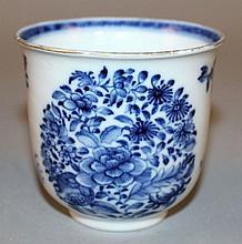 AN 18TH CENTURY CHINESE QIANLONG PERIOD BLUE & WHITE PORCELAIN BEAKER CUP