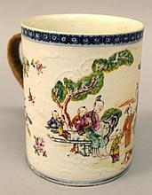 AN 18TH CENTURY CHINESE EXPORT QIANLONG PERIOD FAMILLE ROSE MANDARIN PORCELAIN TANKARD
