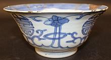 A 17TH/18TH CENTURY CHINESE KANGXI PERIOD BLUE & WHITE PORCELAIN BOWL