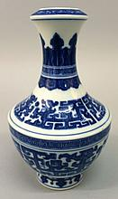 A GOOD QUALITY CHINESE BLUE & WHITE PORCELAIN VASE