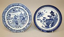 AN 18TH CENTURY CHINESE QIANLONG PERIOD BLUE & WHITE PORCELAIN DISH