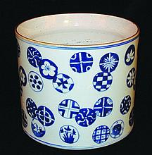 A LARGE 20TH CENTURY CHINESE BLUE & WHITE PORCELAIN BRUSHPOT