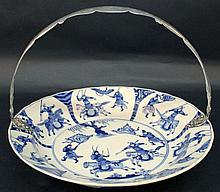 A GOOD CHINESE KANGXI PERIOD BLUE & WHITE PORCELAIN CHARGER