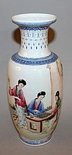 A 20TH CENTURY CHINESE FAMILLE ROSE PORCELAIN VASE