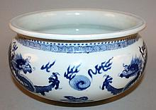 A FINE QUALITY CHINESE KANGXI PERIOD BLUE & WHITE PORCELAIN BOMBE CENSER