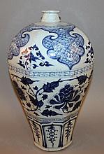 A LARGE GOOD QUALITY CHINESE MING-STYLE BLUE & WHITE PORCELAIN MEIPING VASE