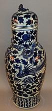 A LARGE 19TH CENTURY CHINESE BLUE & WHITE PORCELAIN VASE & COVER