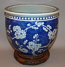 A LARGE 19TH CENTURY CHINESE BLUE & WHITE PORCELAIN JARDINIERE