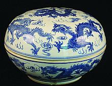 A LARGE 20TH CENTURY CHINESE BLUE & WHITE PORCELAIN BOX & COVER