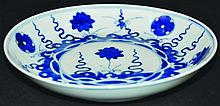 A 19TH CENTURY CHINESE BLUE & WHITE PORCELAIN SAUCER DISH