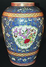 A CHINESE CANTON STYLE PORCELAIN VASE