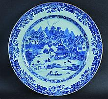 AN 18TH CENTURY CHINESE QIANLONG PERIOD BLUE & WHITE PORCELAIN CHARGER